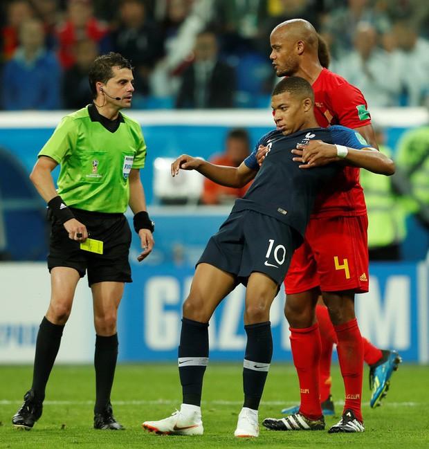 Sau màn lăn lộn ăn vạ như Neymar, sao trẻ Mbappe lại bị chỉ trích vì thói câu giờ chọc tức đối thủ - Ảnh 5.