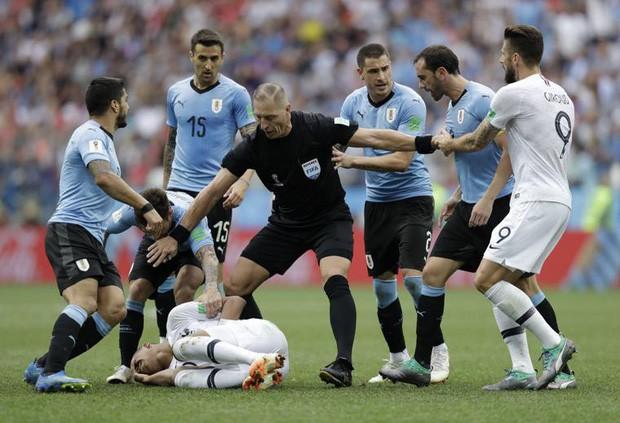 Sau màn lăn lộn ăn vạ như Neymar, sao trẻ Mbappe lại bị chỉ trích vì thói câu giờ chọc tức đối thủ - Ảnh 8.