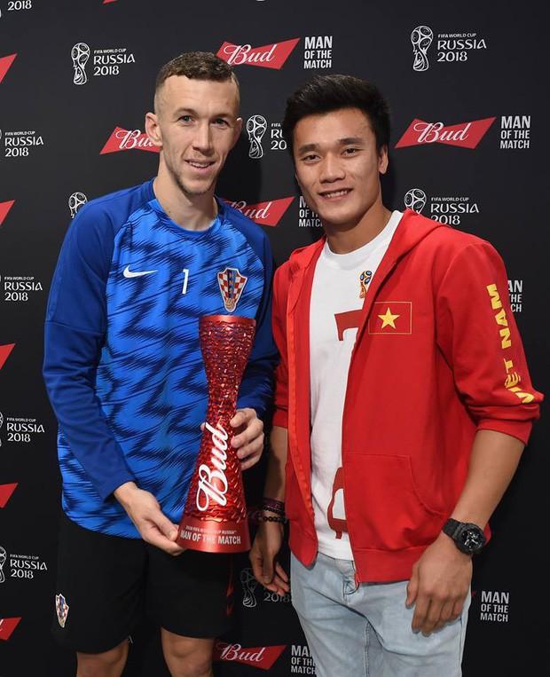 Bùi Tiến Dũng cười tươi, trao giải Cầu thủ hay nhất trận bán kết World Cup 2018 - Ảnh 1.