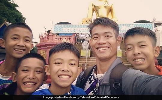 Thái Lan cân nhắc cấp quốc tịch cho 4 thành viên đội bóng mắc kẹt - Ảnh 1.