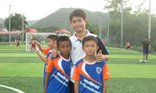 Muốn trở thành nhà lãnh đạo giỏi, hãy học cách huấn luyện viên người Thái dẫn dắt đội bóng vượt qua thảm họa - Ảnh 1.