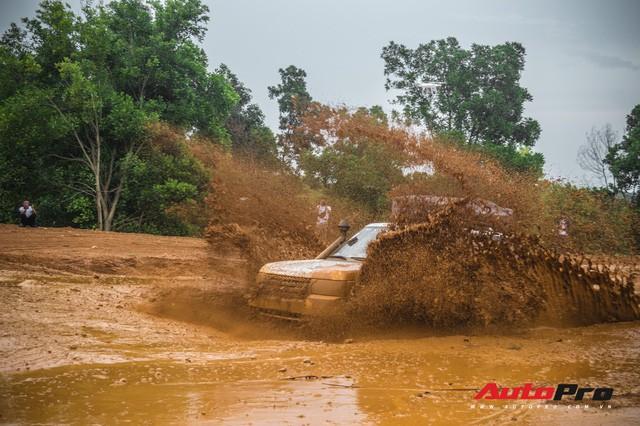 [Chùm ảnh] Đoàn Range Rover hàng chục tỷ đồng của Trung Nguyên thoả sức tắm bùn ở Đồng Mô trước khi rời Hà Nội - Ảnh 18.