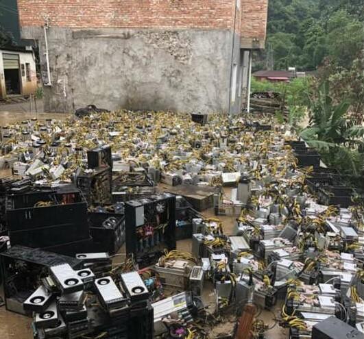 Dân đào Bitcoin tại Trung Quốc khốn khổ vì lũ cuốn trôi toàn bộ trâu cầy - Ảnh 2.