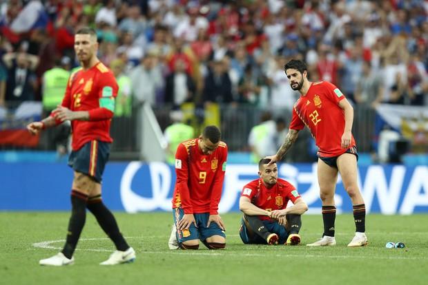 Dàn sao Tây Ban Nha sụp đổ, bật khóc tức tưởi sau khi chia tay World Cup 2018 - Ảnh 1.