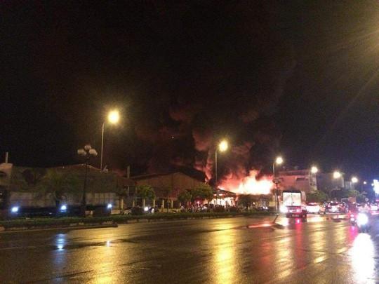 Vụ cháy lớn từ một nhà máy rồi lan sang chợ gạo