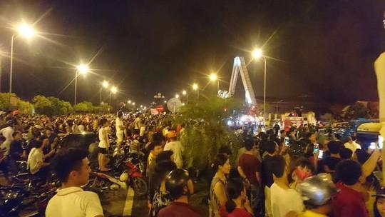 Rất đông người dân hiếu kỳ đứng xem vụ cháy lớn