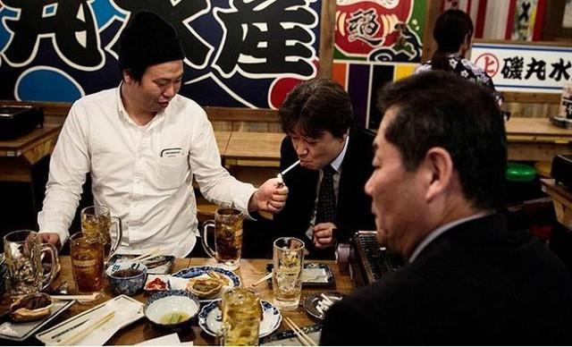 Nhật Bản: Mất cả gia tài nếu hút thuốc lá nơi công cộng - Ảnh 1.