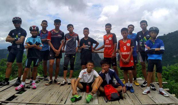 Người Thái thở phào hạnh phúc khi tìm thấy 13 thành viên đội bóng sống sót và an toàn - Ảnh 1.