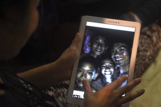 Người Thái thở phào hạnh phúc khi tìm thấy 13 thành viên đội bóng sống sót và an toàn - Ảnh 3.