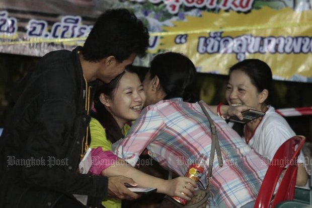 Người Thái thở phào hạnh phúc khi tìm thấy 13 thành viên đội bóng sống sót và an toàn - Ảnh 6.