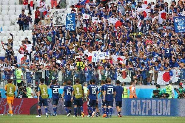 Chưa lúc nào người Nhật thôi khiến cả thế giới nghiêng mình kính nể: Chỉ là vài hành động nhỏ sau một trận bóng thôi nhưng chẳng phải ai cũng làm được! - Ảnh 2.