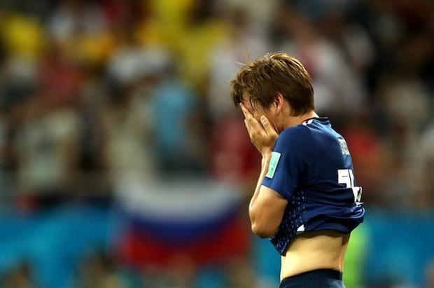 Xúc động cảnh cầu thủ Nhật Bản vừa khóc vừa cúi đầu cảm ơn khán giả - Ảnh 1.