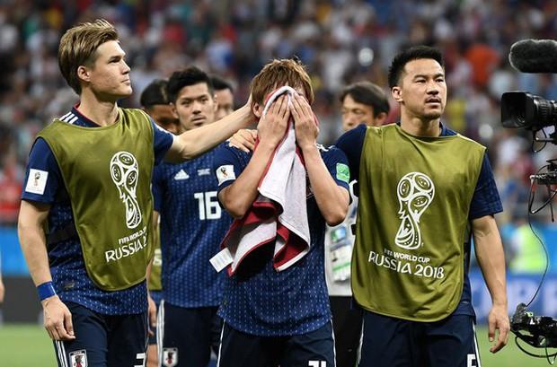 Xúc động cảnh cầu thủ Nhật Bản vừa khóc vừa cúi đầu cảm ơn khán giả - Ảnh 2.
