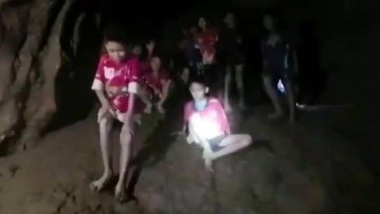 Thái Lan: Đưa đội bóng ra khỏi hang rất khó, tiếp tế thực phẩm đủ dùng 4 tháng - Ảnh 1.