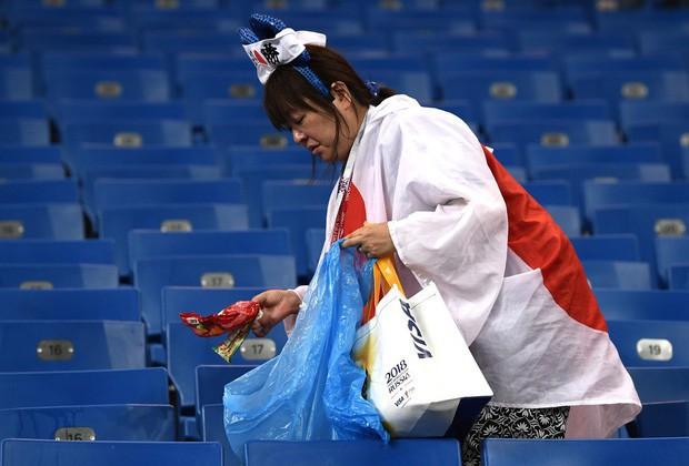 Chưa lúc nào người Nhật thôi khiến cả thế giới nghiêng mình kính nể: Chỉ là vài hành động nhỏ sau một trận bóng thôi nhưng chẳng phải ai cũng làm được! - Ảnh 4.