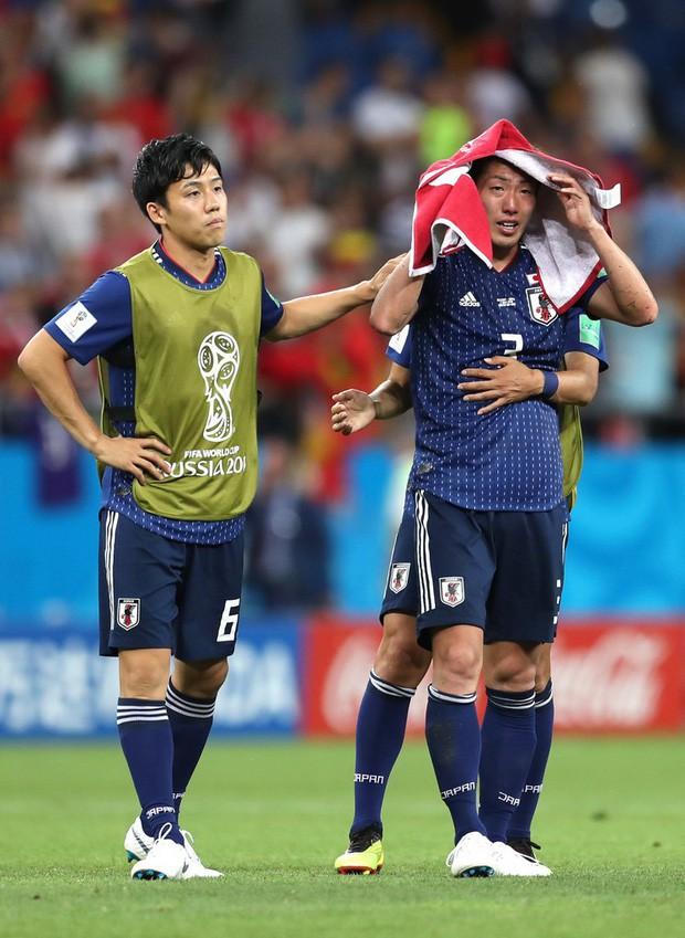 Xúc động cảnh cầu thủ Nhật Bản vừa khóc vừa cúi đầu cảm ơn khán giả - Ảnh 3.