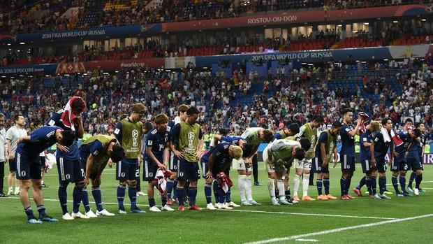 Xúc động cảnh cầu thủ Nhật Bản vừa khóc vừa cúi đầu cảm ơn khán giả - Ảnh 5.