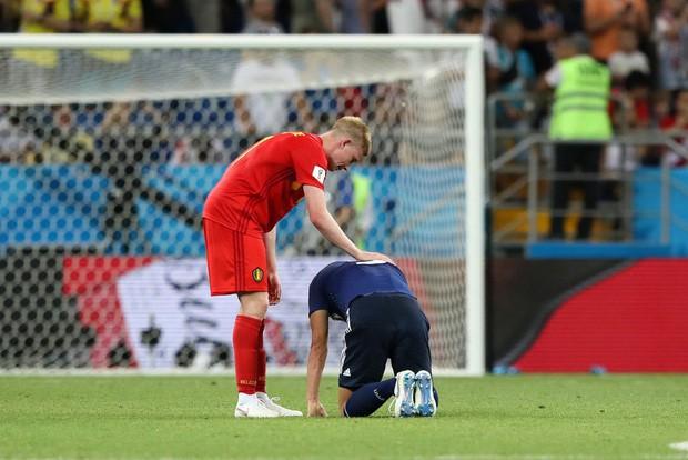 Xúc động cảnh cầu thủ Nhật Bản vừa khóc vừa cúi đầu cảm ơn khán giả - Ảnh 7.