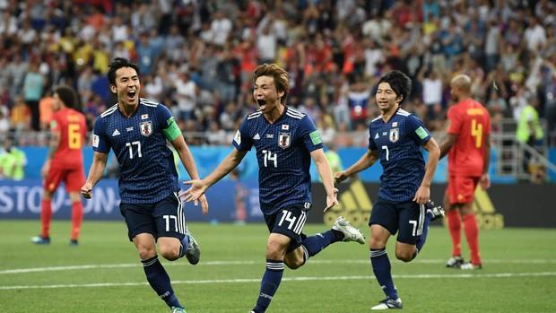 Xúc động cảnh cầu thủ Nhật Bản vừa khóc vừa cúi đầu cảm ơn khán giả - Ảnh 9.