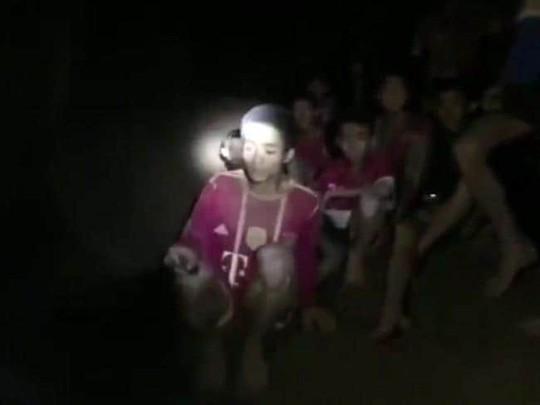 HLV đội bóng Thái Lan có nguy cơ đối mặt với án phạt dù vẫn còn ở trong hang - Ảnh 2.