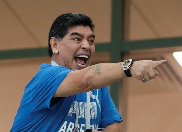 Maradona: Tôi đã chứng kiến một vụ cướp trắng trợn trên sân bóng - Ảnh 2.
