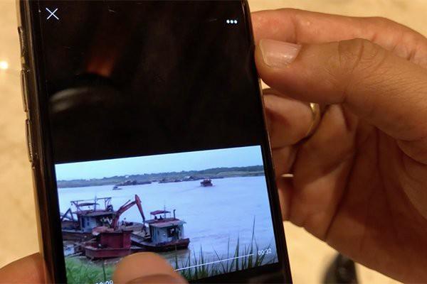 Sau khi nhận được clip cát tặc, Chủ tịch Hà Nội cho phóng viên xem ở ngay hành lang kỳ họp - Ảnh 1.