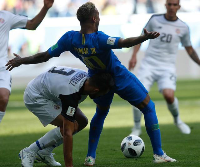 [World Cup 2018] Theo thống kê, Neymar đã nằm ăn vạ tổng cộng 13 phút 50 giây trên sân từ đầu giải đến nay - Ảnh 1.