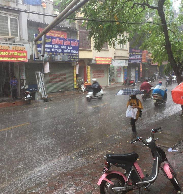 Thủ đô Hà Nội đón cơn mưa giải nhiệt đầu tiên sau những ngày nắng bỏng da rát thịt - Ảnh 8.
