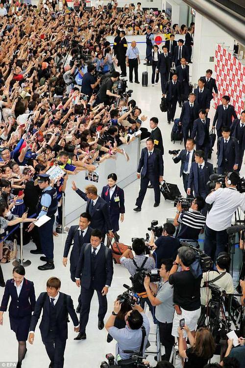 Tuyển thủ Nhật Bản được chào đón như người hùng ngày về nước - Ảnh 1.