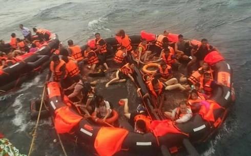 Thái Lan vẫn còn 53 người mất tích trong vụ lật tàu thủy ở Phuket - Ảnh 1.