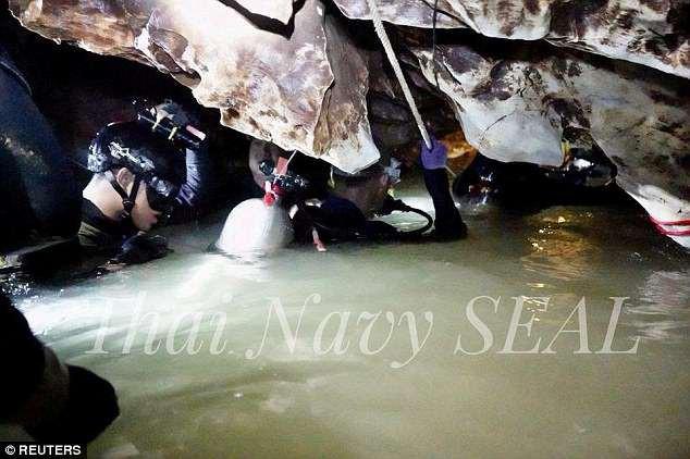 Giải cứu đội bóng Thái Lan: Lượng oxy trong hang Tham Luang hạ xuống mức nguy hiểm - Ảnh 1.