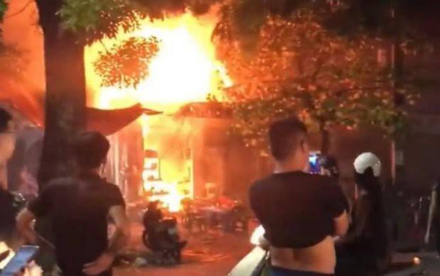 Quán bia bốc cháy dữ dội, thực khách nhảy từ tầng 2 xuống đất thoát thân - Ảnh 1.