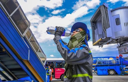 Vã mồ hôi xem nhân viên hàng không làm việc trong cái nóng 50 độ C - Ảnh 16.