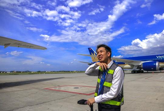 Vã mồ hôi xem nhân viên hàng không làm việc trong cái nóng 50 độ C - Ảnh 17.