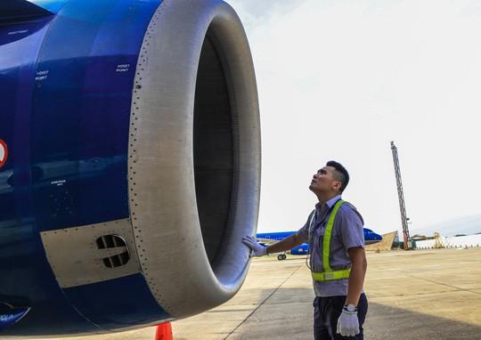 Vã mồ hôi xem nhân viên hàng không làm việc trong cái nóng 50 độ C - Ảnh 22.