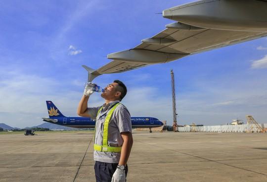 Vã mồ hôi xem nhân viên hàng không làm việc trong cái nóng 50 độ C - Ảnh 25.