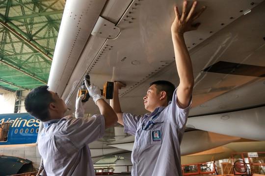 Vã mồ hôi xem nhân viên hàng không làm việc trong cái nóng 50 độ C - Ảnh 28.
