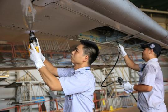 Vã mồ hôi xem nhân viên hàng không làm việc trong cái nóng 50 độ C - Ảnh 29.