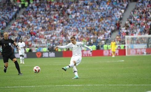 Griezmann không ăn mừng sau bàn thắng nâng tỉ số, CĐV Uurguay khen ngợi hành động đẹp của anh - Ảnh 1.
