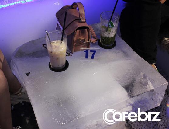 3 sinh viên ĐH Kiến trúc bỏ cả tỷ đồng mở Ice Coffee: Quán -10 độ C nên khách chỉ ngồi được 15 phút rồi ra, đón 1.000 khách/ngày cuối tuần khi Hà Nội nóng đỉnh điểm - Ảnh 2.