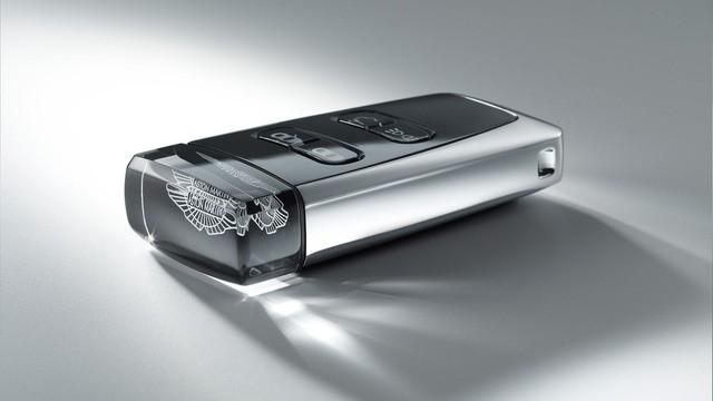 Chìa khóa bằng lam ngọc của Aston Martin - Cách chơi trội của giới nhà giàu 10 năm trước - Ảnh 1.