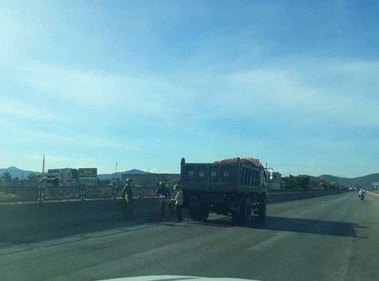 Thị sát đường quốc lộ ngàn tỉ vừa làm xong đã hư hỏng - Ảnh 1.