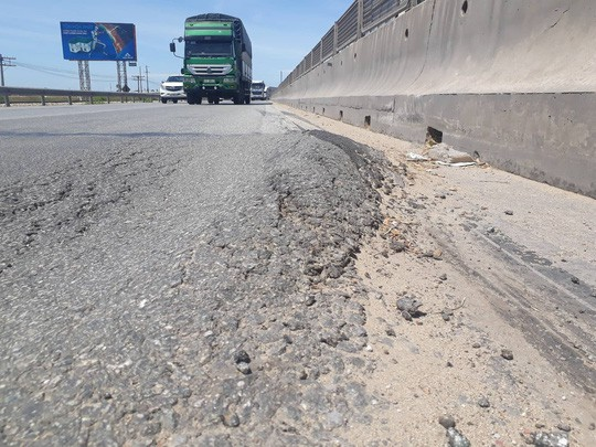 Thị sát đường quốc lộ ngàn tỉ vừa làm xong đã hư hỏng - Ảnh 2.