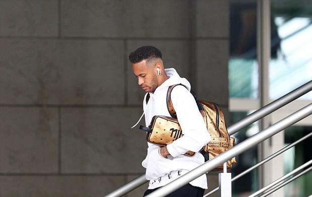 Neymar cúi mặt, lảng tránh truyền thông ngày về nước - Ảnh 1.