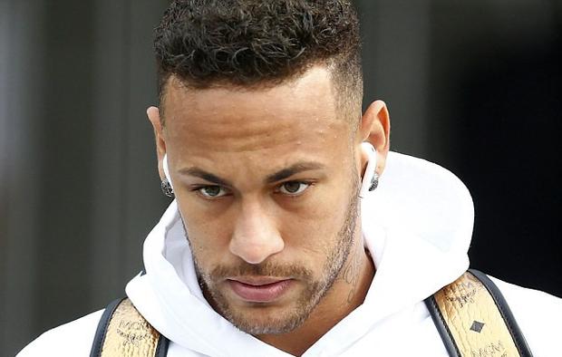 Neymar cúi mặt, lảng tránh truyền thông ngày về nước - Ảnh 2.