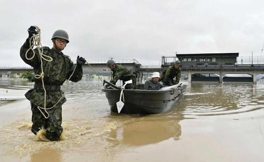 Nhật Bản: Mưa gió tới mức cuốn người trên cầu rơi xuống sông chết đuối - Ảnh 1.