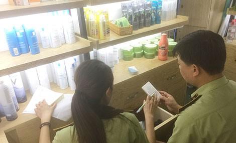 Phát hiện hàng ngàn sản phẩm dởm tại 10 cơ sở kinh doanh mỹ phẩm ở Hà Nội - Ảnh 1.