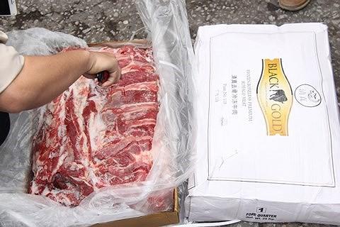 Cục Thú y từ chối kiểm dịch, Hải quan quyết bán 170 tấn thịt trâu nhập lậu - Ảnh 1.