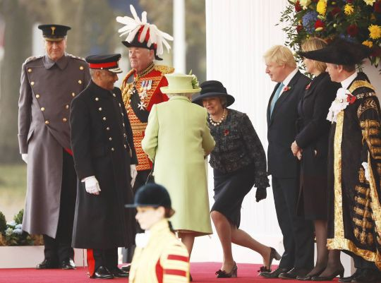 Thủ tướng Anh khom mình bắt tay các thành viên Hoàng tộc: Người không hiểu chuyện thì cười cợt, số khác lại thán phục lễ nghi của bà May - Ảnh 4.