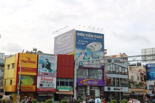 Hiểm họa chết người từ những bảng quảng cáo ngoài trời tại TP HCM - Ảnh 1.